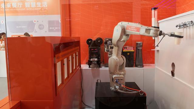 饿了么口碑打造智慧餐厅,萌萌机器人为顾客送餐