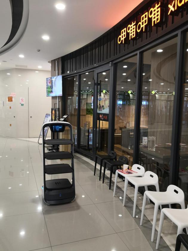 探访呷哺呷哺智慧餐厅,两台送餐机器人满足高峰配送